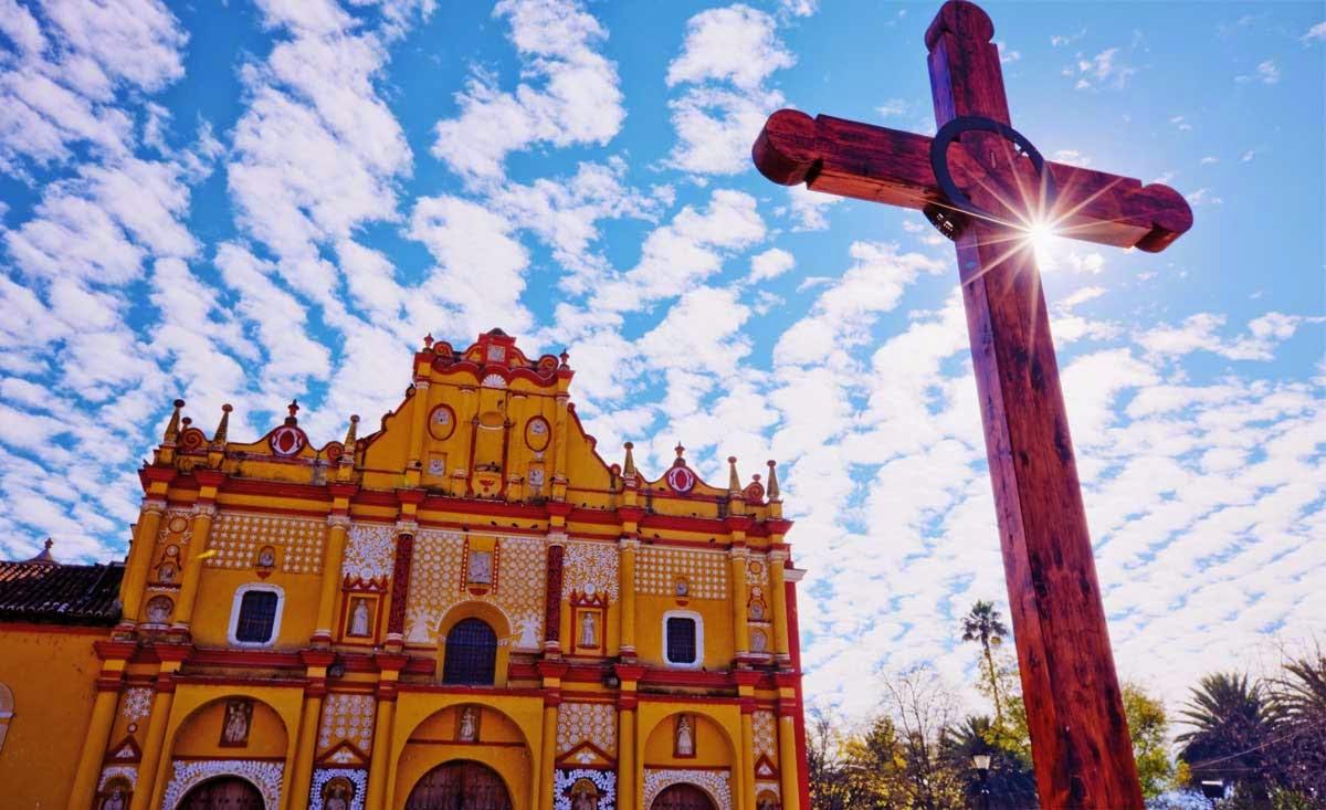 Vista de la facha de una iglesia en México