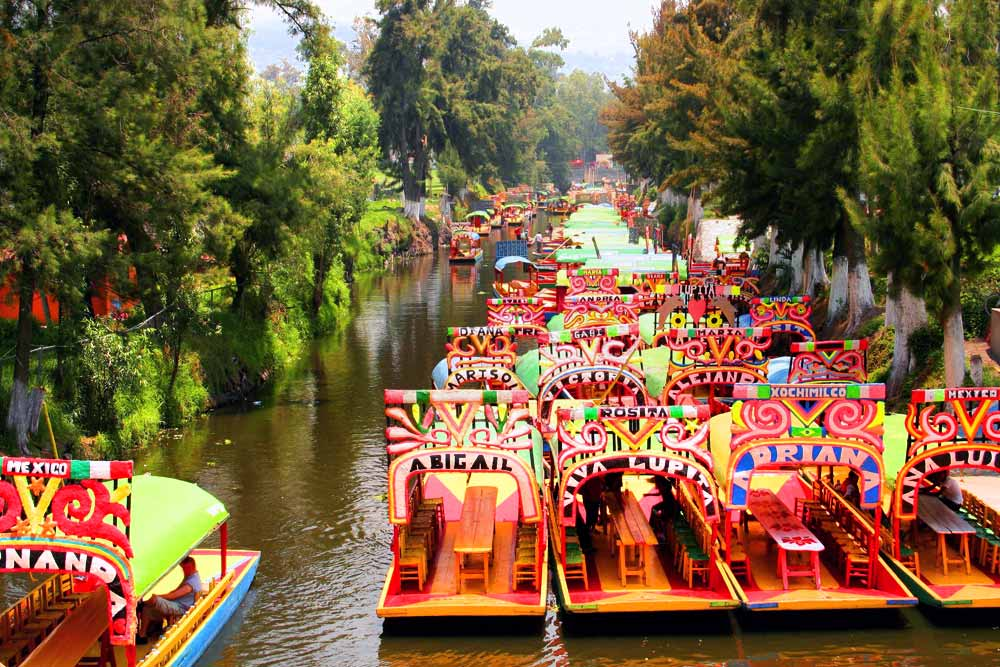 góndolas estacionadas en los canales de Xochimilco