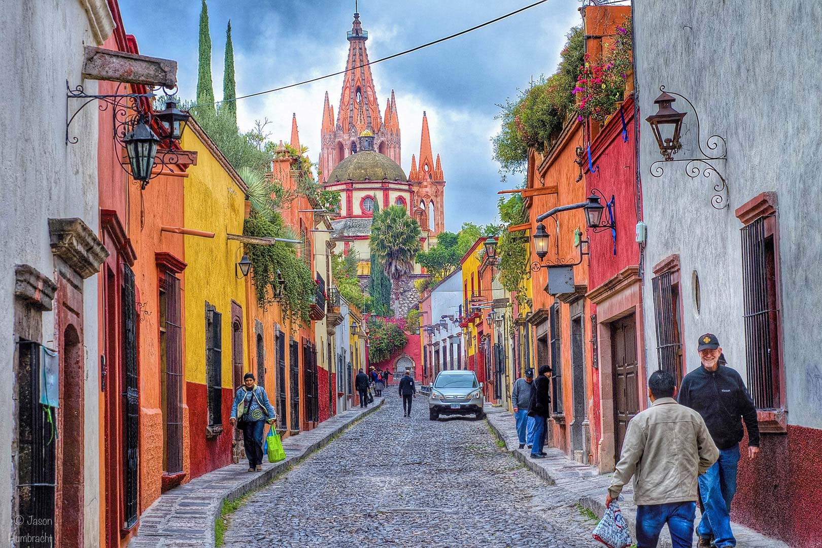 Personas caminando por una calle de San Miguel de Allende